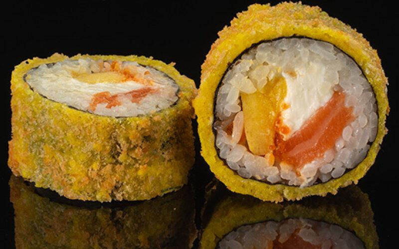 Хот ролл с лососем и манго