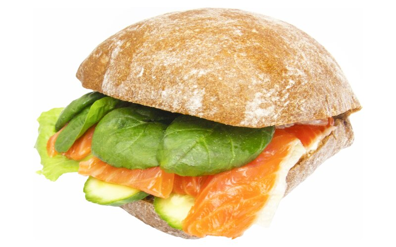 Сэндвич с слабосолёным лососем, сливочным сыром и листьями салата