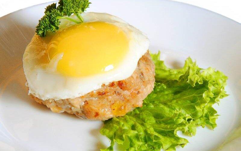 Бифштекс «Смак» с яйцом