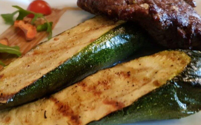 Скалопини из говядины со сливочным сыром и цукини гриль