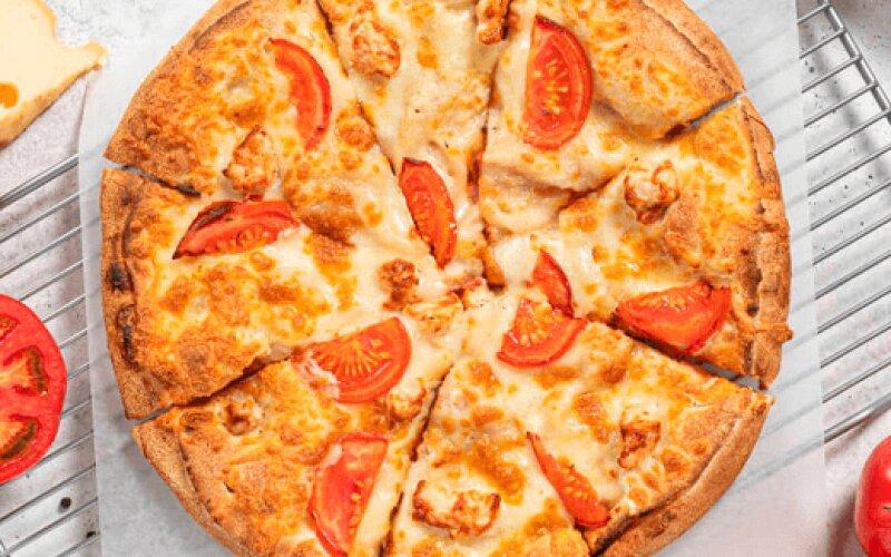 Пицца с грибами, помидорами и курицей