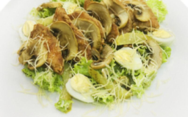 Салат с филе цыплёнка и соусом «Цезарь»