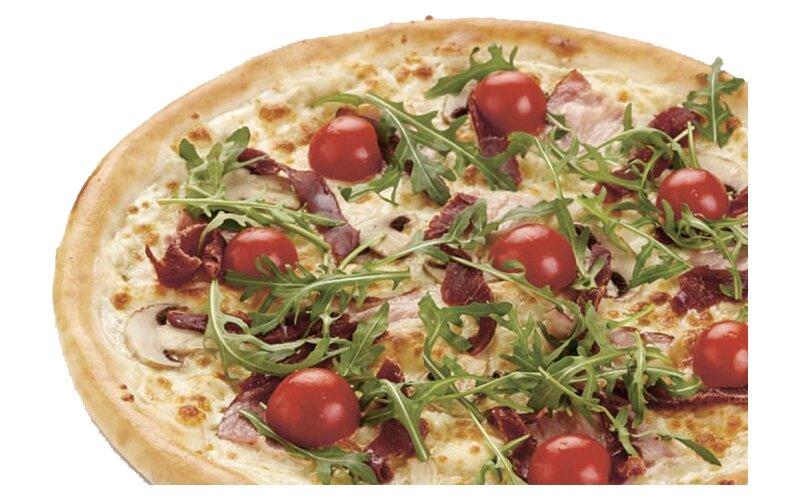 Пицца с вяленой говядиной и грудинкой (на тонком тесте)