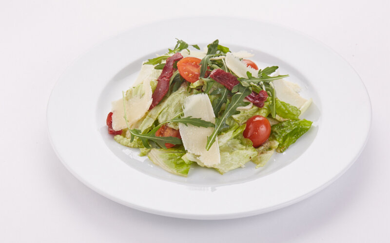 Салат итальянский с вяленой говядиной и  сыром