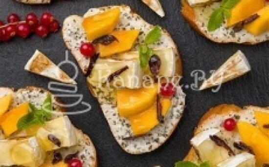 Брускетта с сыром «Камамбер», фруктами и ванильным кремом