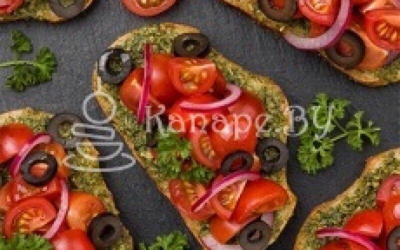 Брускетта с помидорами «Черри», маслинами и соусом «Песто»