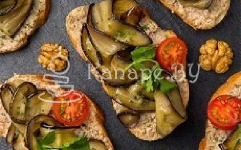 Брускетта с баклажанами и соусом из грецких орехов