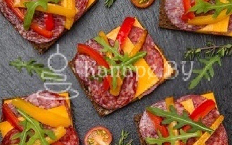 Брускетта с салями, сыром «Чеддер» и чесночным соусом
