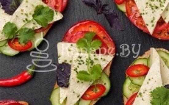 Брускетта с огурцами, помидорами, сыром «Брынза» и чесночным соусом