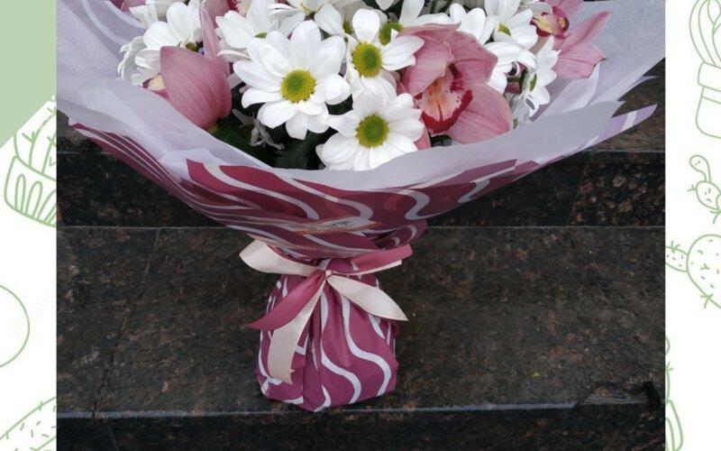 Букет из ромашки и орхидеи