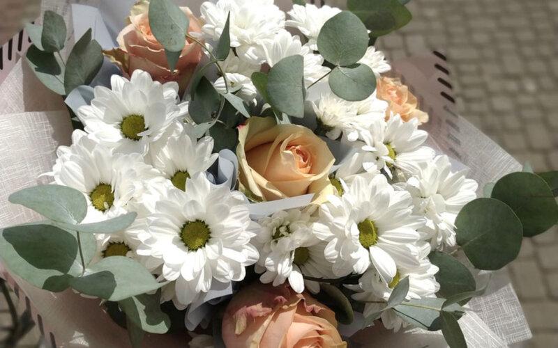 Букет «Комплимент» из роз и хризантем