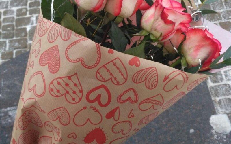Букет из 7-ми роз с зеленью в крафт-бумаге