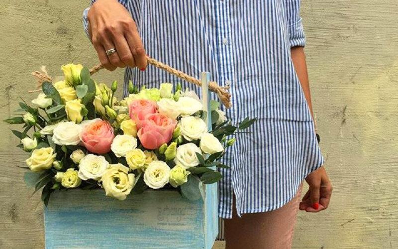 Ящик с белой эустомой и пионовидными розами
