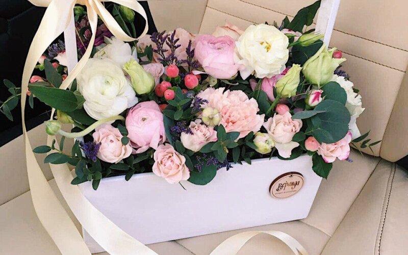 Белый ящик с нежно-розовой кустовой розой и гиперикумом