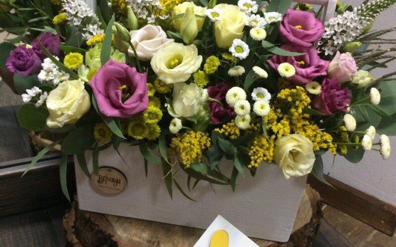 Ящик с фиолетовой эустомой с добалением желтых цветов