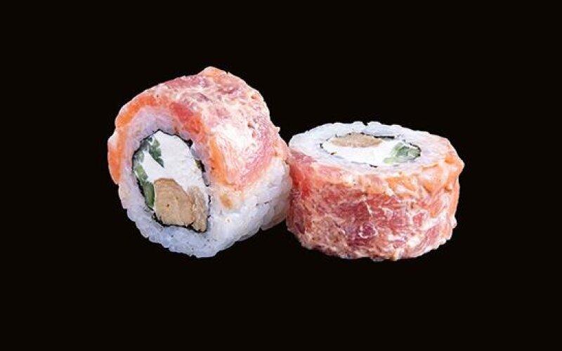 Ролл с острым лососем, тунцом и омлетом тамаго
