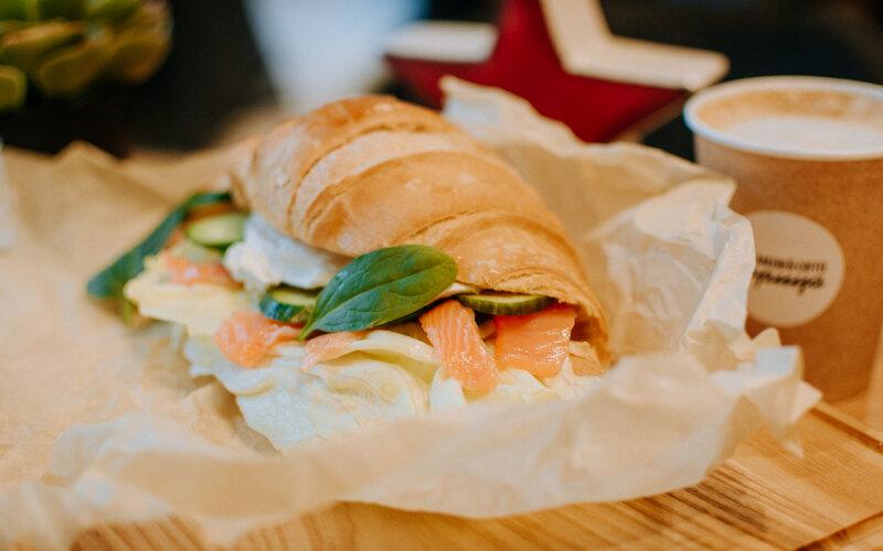 Круассан с лососем и творожным сыром