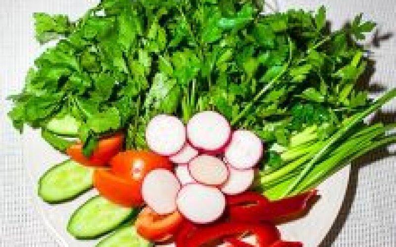 Зелень со свежими овощами