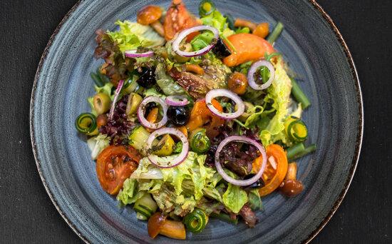 Салат из запечённых овощей с опятами