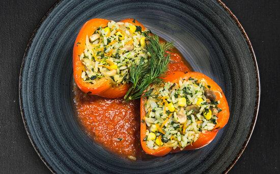 Запечённый перец со шпинатом, рисом и овощами
