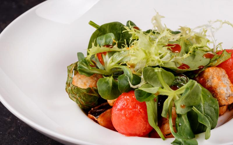Салат с баклажанами, помидорами черри и китайским соусом