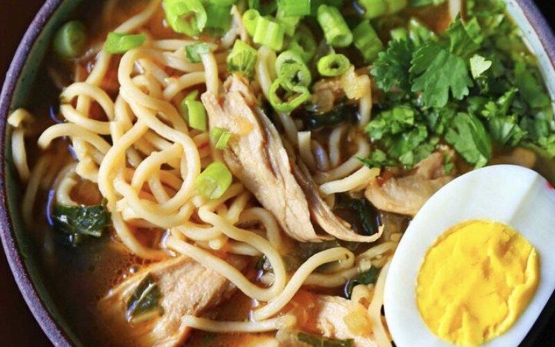 Суп «Рамэн» с цыплёнком, грибами и яйцом