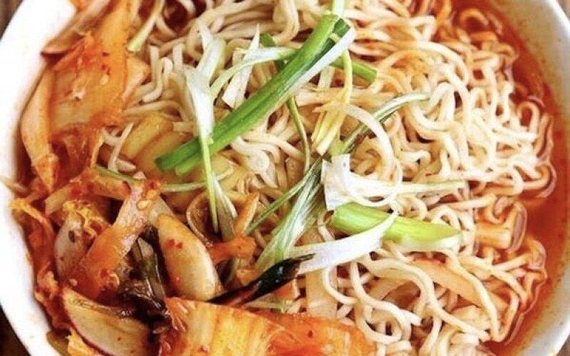 Суп «Кимчи Рамен» с ветчиной и тофу