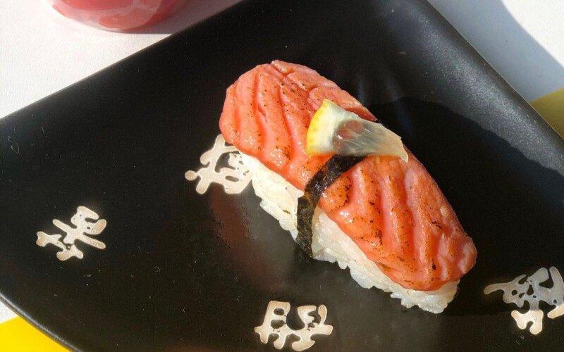 Нигири с опаленным лососем