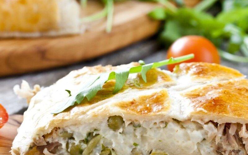 Закрытый рыбный пирог из тунца, яйца, риса и зелёного лука