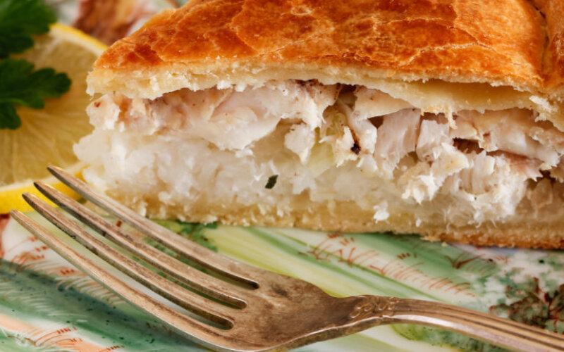 Закрытый рыбный пирог с печенью трески, рисом и яйцами