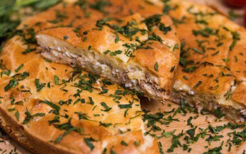 Закрытый рыбный пирог из морского окуня с грибами