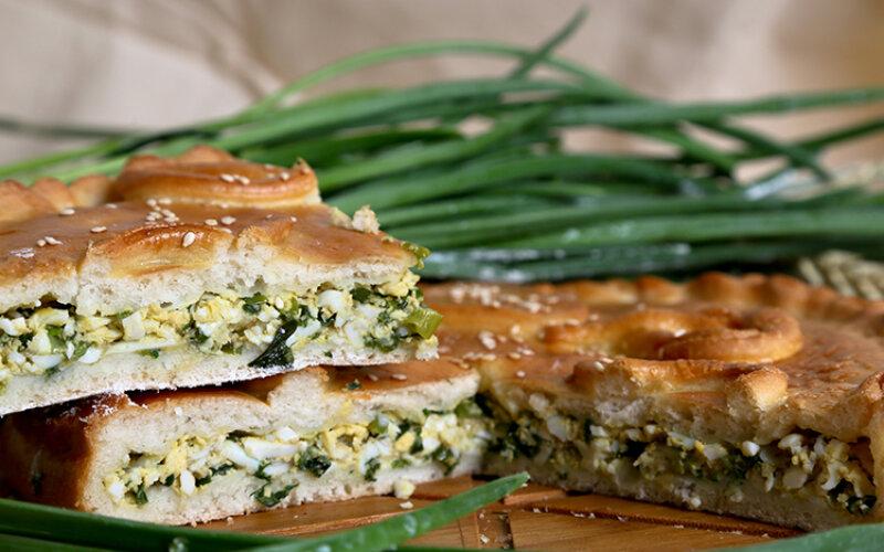 Пирог с курицей, яйцом и зелёным луком