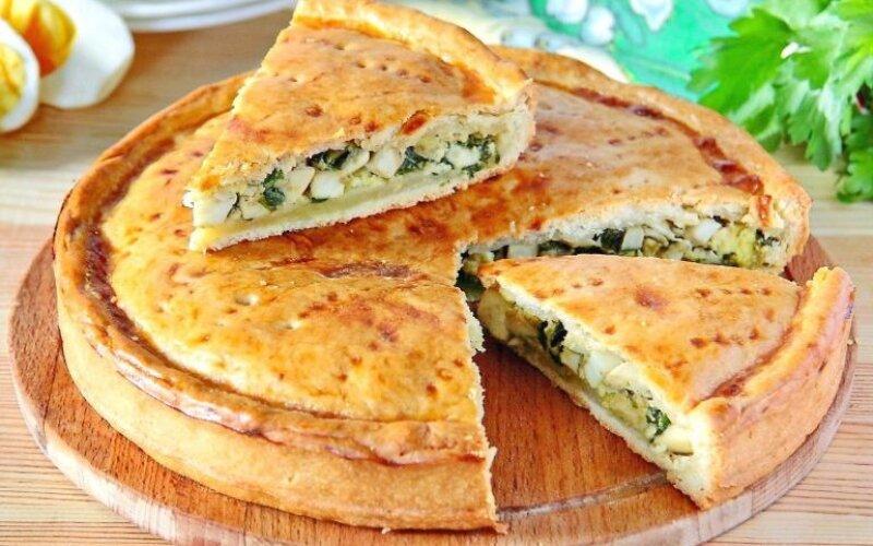 Пирог с яйцом, грибами, зелёным луком и укропом