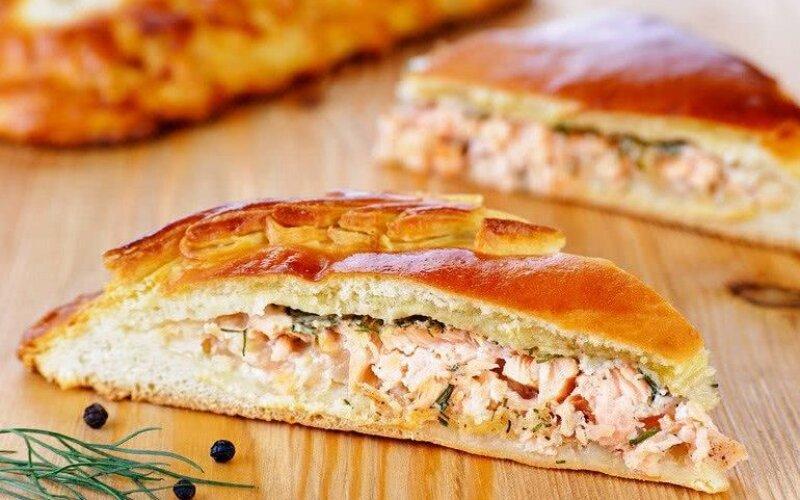 Закрытый пирог с сыром, красной рыбой и сладким перцем