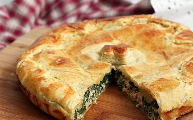 Закрытый пирог со шпинатом и сыром