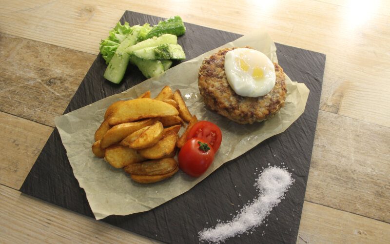Бифштекс из тазовой говядины с яйцом и картофельными дольками