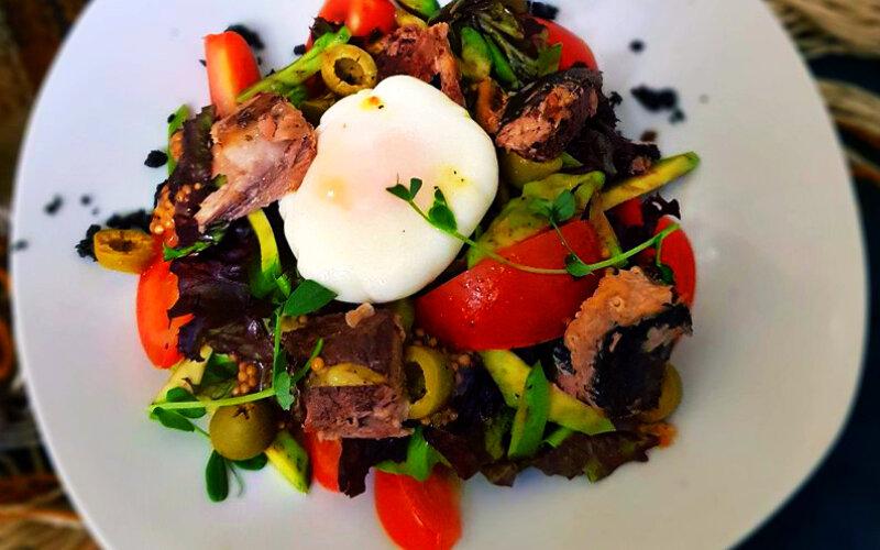 Салат с тунцом и яйцом-пашот