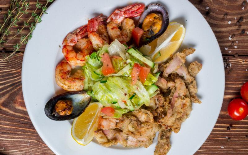 Морепродукты со свежими овощами