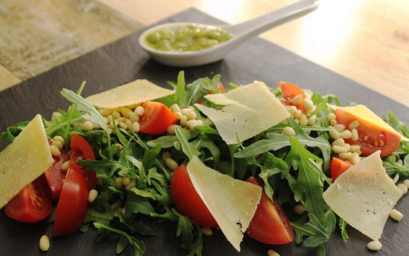 Салат с рукколой и сыром «Пармезан»