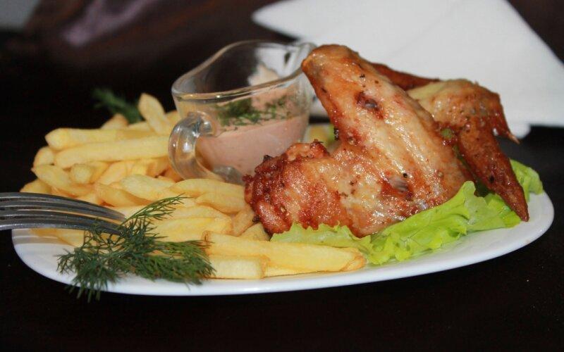 Крылья гриль с хрустящей корочкой и картофелем фри