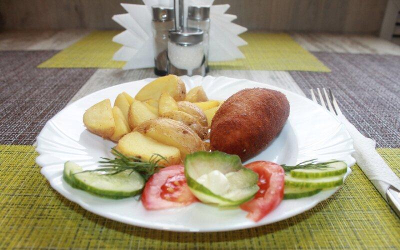 Картофельные дольки с котлетой «По-киевски» и овощами
