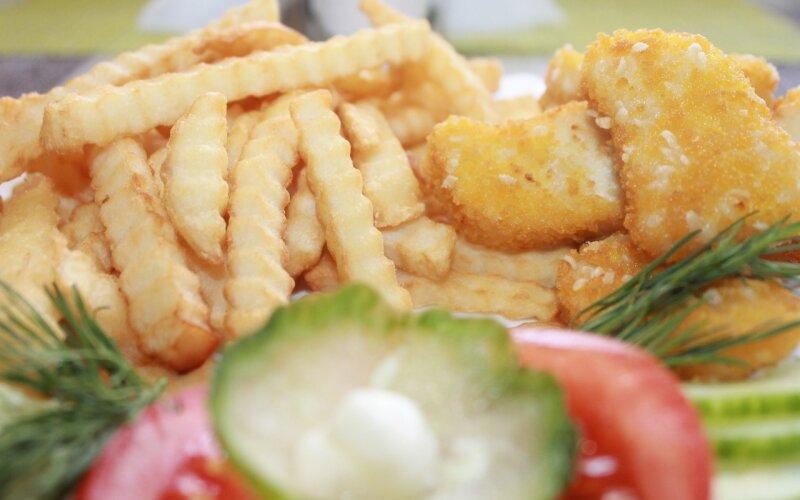 Наггетсы куринные с картофелем фри и овощами