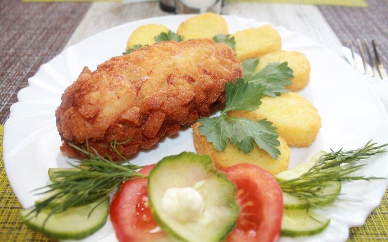 Картофельные родстеры с котлетой «Папараць-кветка» и овощами