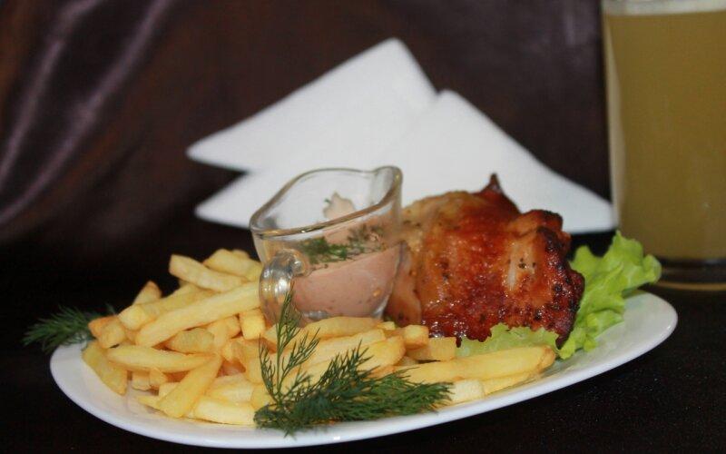 Бедро гриль с хрустящей корочкой и картофелем фри