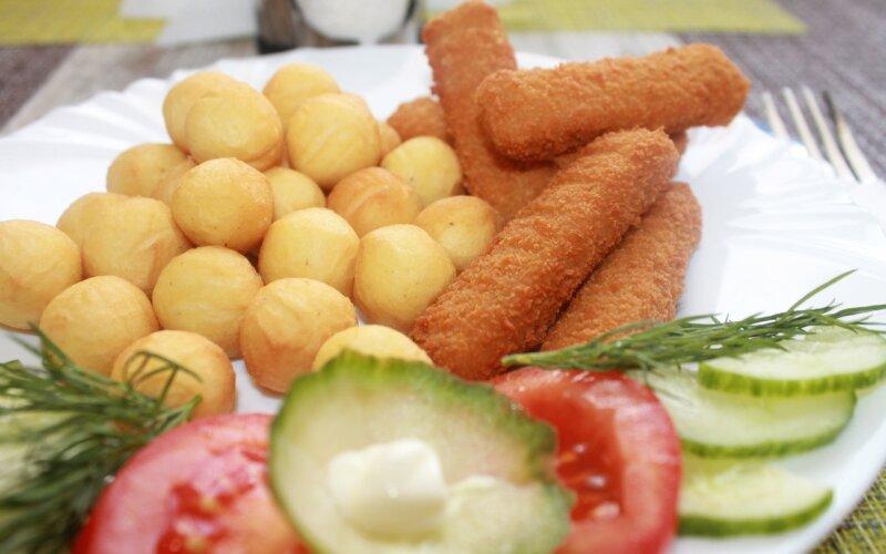 Картофельные шарики фри с рыбными палочками и овощами