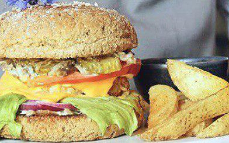Крафт-бургер с ржаной булочкой и котлетой из говядины