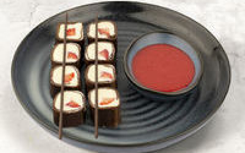 Шоколадный блинчик с кремом из сыра «Маскарпоне» и клубникой