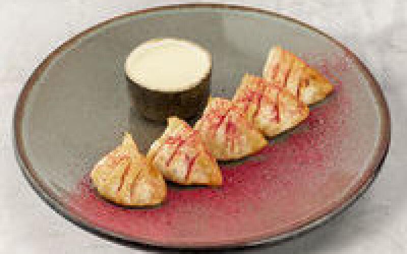 Гёдза с бананом, сыром «Рикотта» и ванильным соусом