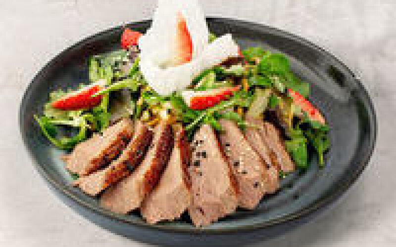 Тёплый салат с хрустящей уткой и сыром «Тофу»