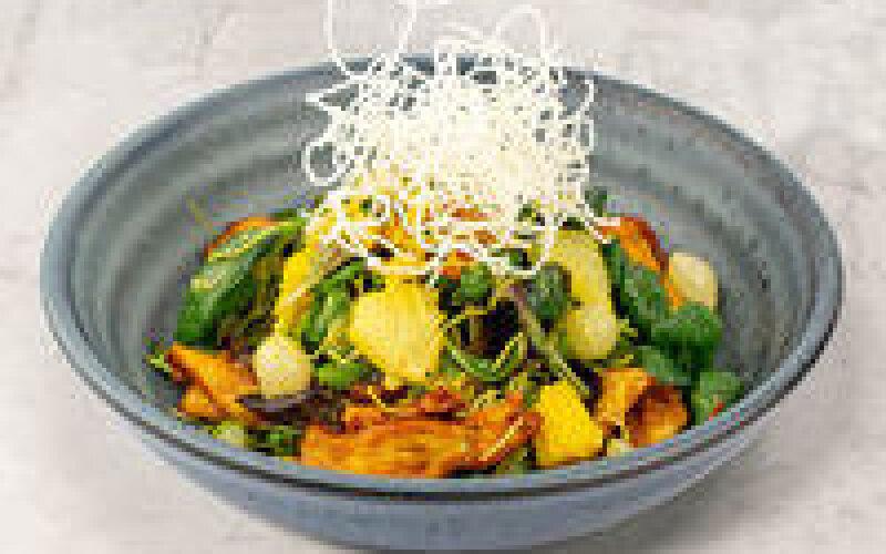 Салат из куриного филе с ананасами и жареной рисовой лапшой